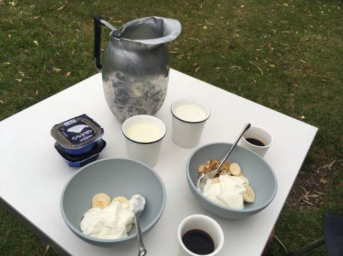 Ons ontbijtje inclusief verse melk, zelf uit de uiers gehaald!