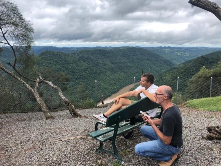 Marcos en Vincent genieten van het uitzicht en de wijn.